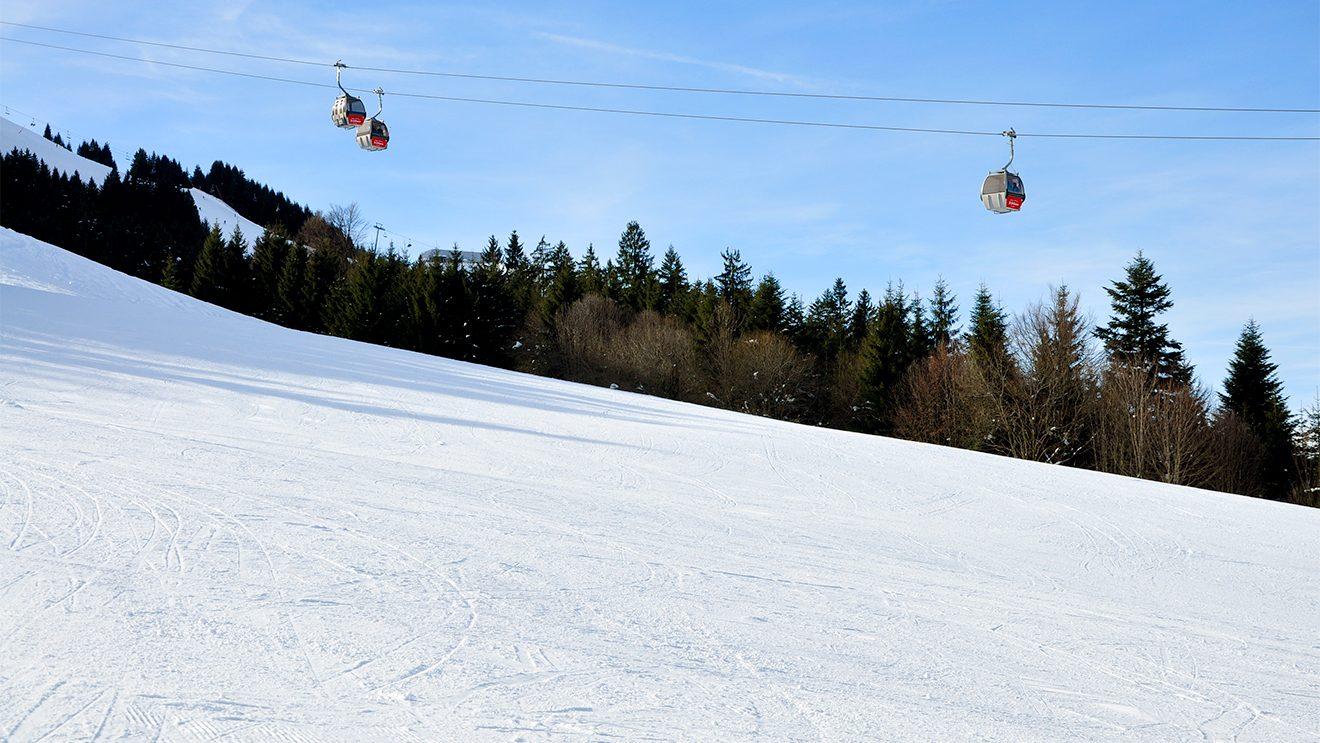 Die Harschbichlbahn kämpft sich gute 15 Minuten Richtung bergwärts © Skiing Penguin
