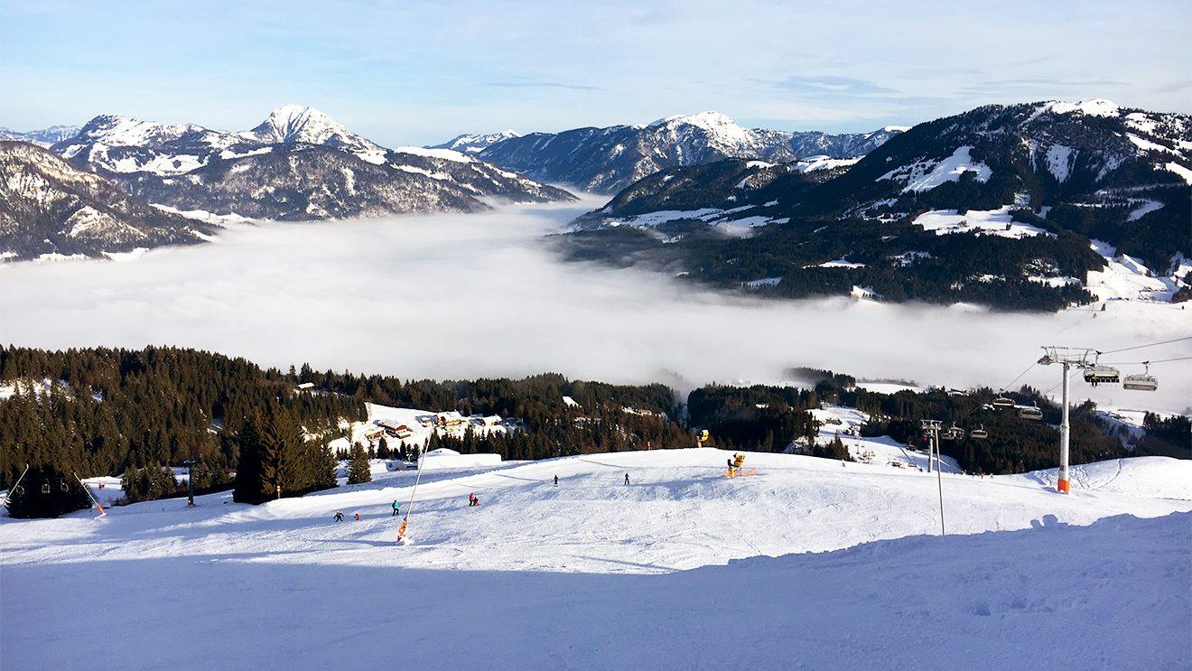 Während der Ort im Nebel versinkt, genießen wir die ersten Schwünge auf der Eichenhofabfahrt @ Skiing Penguin