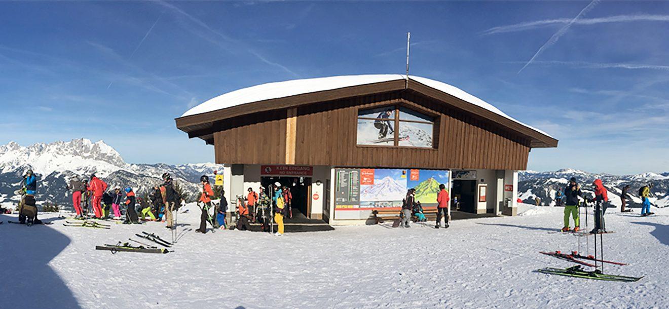 """Den fantastischen Ausblick von Wildem Kaiser zu den Loferer Steinbergen """"trübt"""" nur die Bergstation der Harschbichlbahn @ Skiing Penguin"""