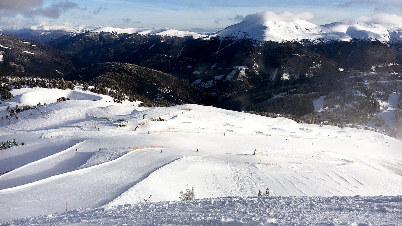 Der Snowpark hat eine Länge von 1,5 km und Lines für Anfänger, Fortgeschrittene und Profis © Skiing Penguin