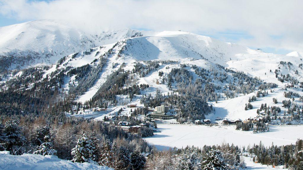 Am Ende des Weitental-Schleppers wartet ein herrlicher Blick über den See hinüber auf die andere Seite des Skigebiets