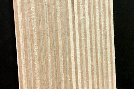 30 Schichten Buchen- und Pappelholz bilden den Kern eines Rennskis © Skiing Penguin