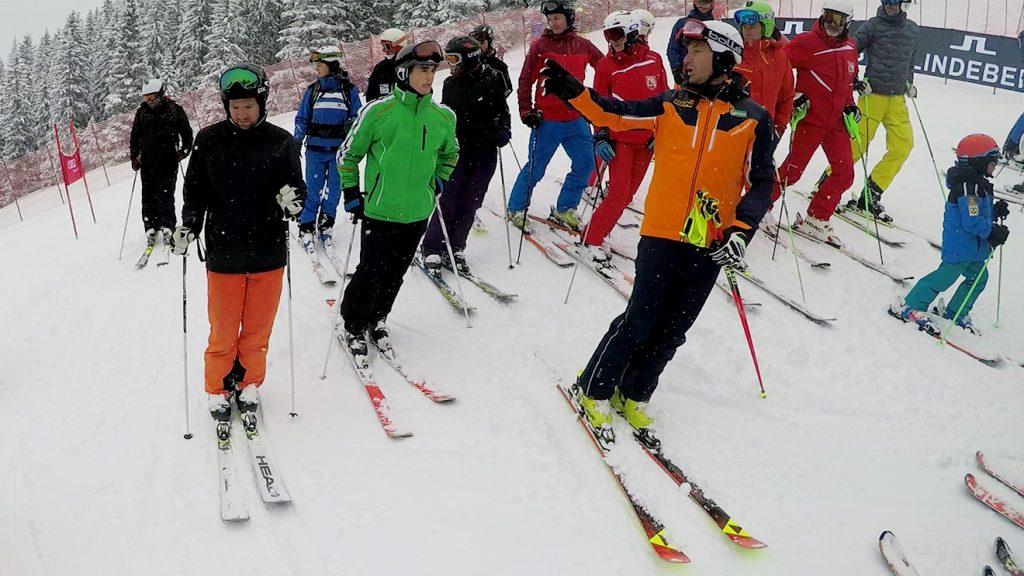 Vor dem Start gibt es noch Ratschläge von Hans Knauß bei der Besichtigung © Skiing Penguin