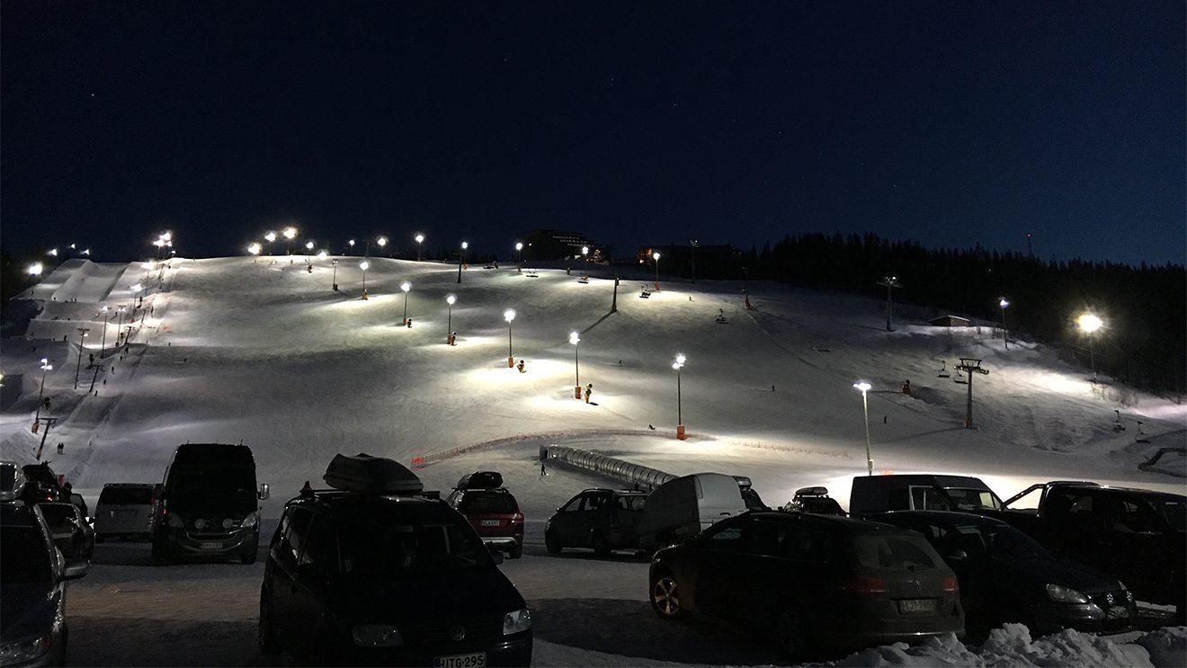 Für alle, die ihren Skipass ausnützen wollen: 15 Pisten werden bis in den Abend mit Flutlicht beleuchtet © Skiing Penguin