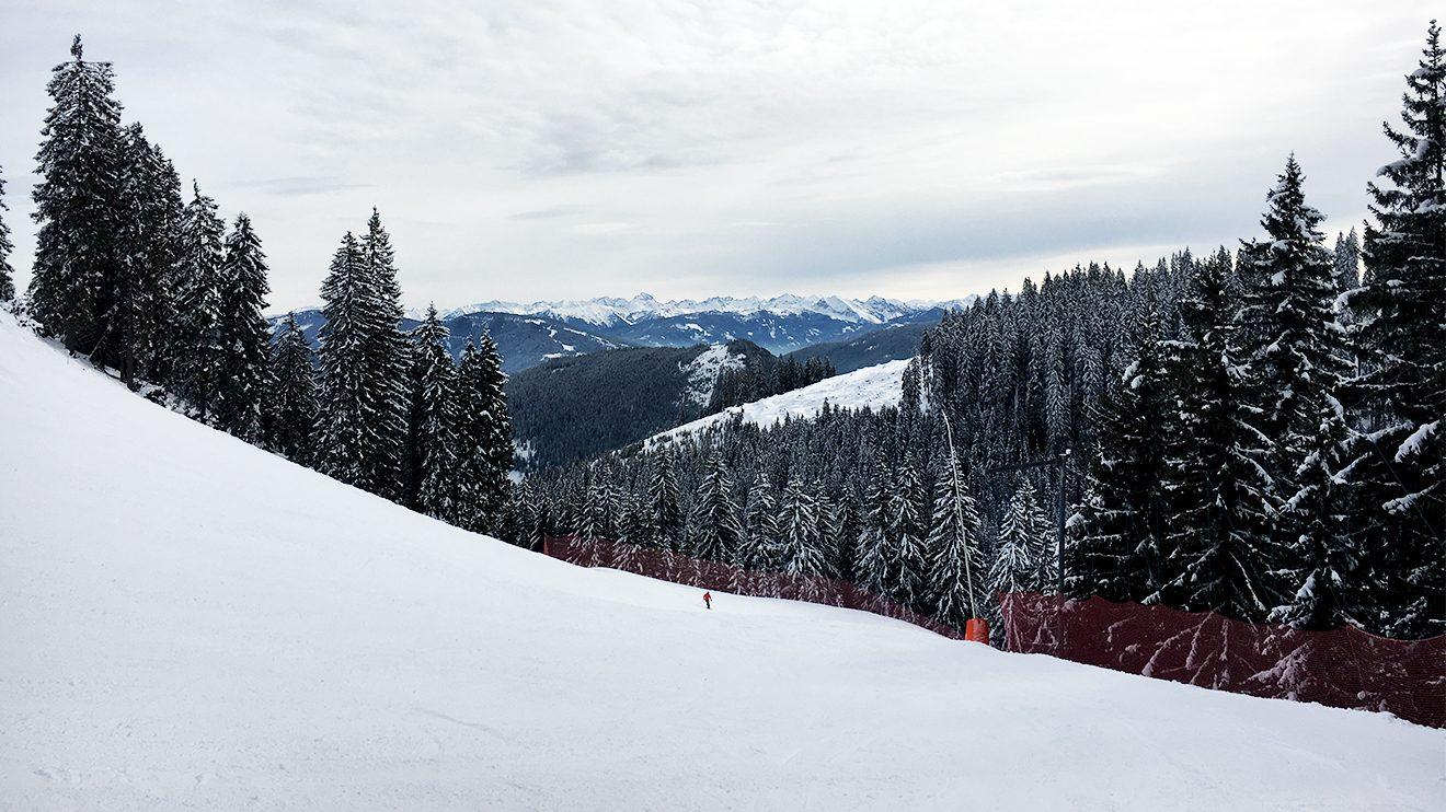 Nach der Kurve auf der Panoramaabfahrt geht's zur am Steilhang zur Sache © Skiing Penguin