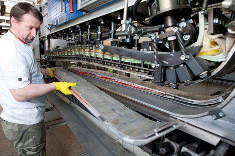 """Das """"Paket"""" wird in einer Metallform zum Ski gepresst © Atomic Austria GmbH"""