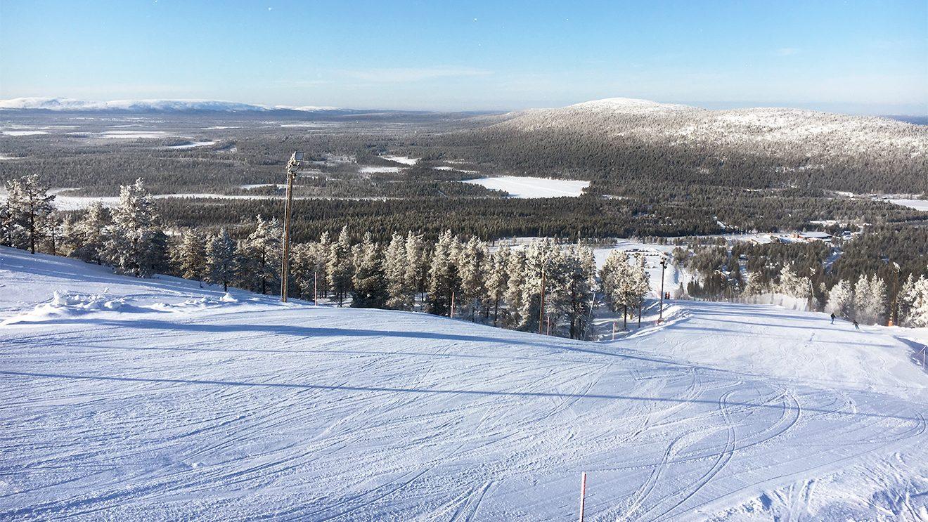 Endlose Weiten mit Wäldern und zugeschneiten Seen eröffnen sich vom Gipfel des Berg Levi © Skiing Penguin