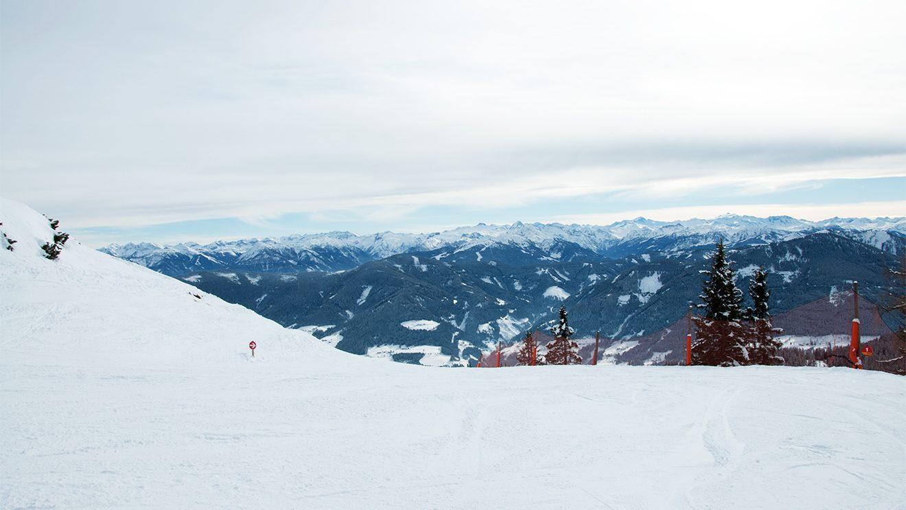 Auf der Panoramaabfahrt findet sich jede Geländeform © Skiing Penguin