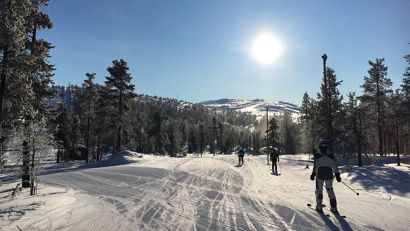 Mit dem Schlepper geht's weiter zum Levi- Hochplateau, das von allen Seiten erschlossen ist © Skiing Penguin