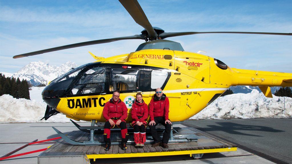 Mit voller Leidenschaft dabei: Flugretter Hermann Schneck, Notärztin Stefanie Mariacher und Pilot Andreas Berger (v.l.) © Skiing Penguin