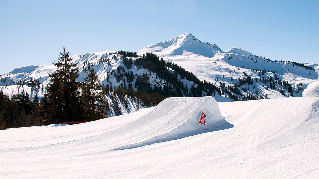 """Kicker mit Aussicht im """"Big Playground"""" beim Gampenkogel © Skiing Penguin"""