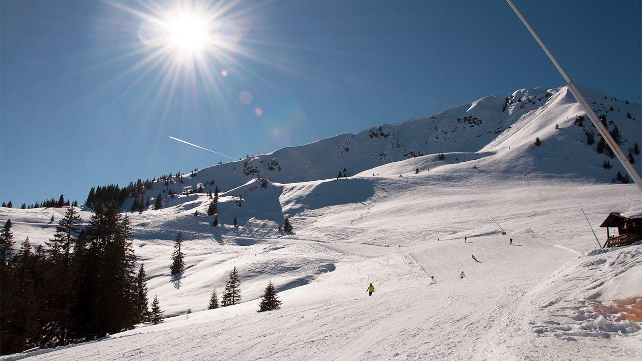 Die KiWest-Talabfahrt liegt bis zum Nachmittag in der Sonne © Skiing Penguin