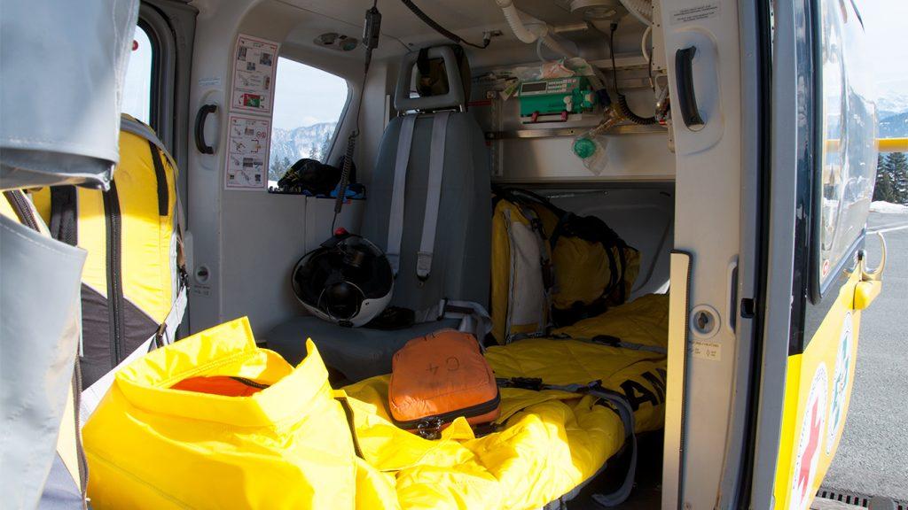 Neben der dreiköpfigen Crew können ein Patient liegend und ein leicht Verletzter sitzend transportiert werden © Skiing Penguin