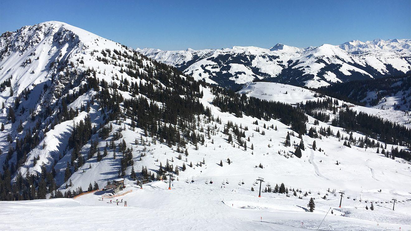 Vom Fleiding sieht man gut bis ins Skigebiet Kitzbühel © Skiing Penguin