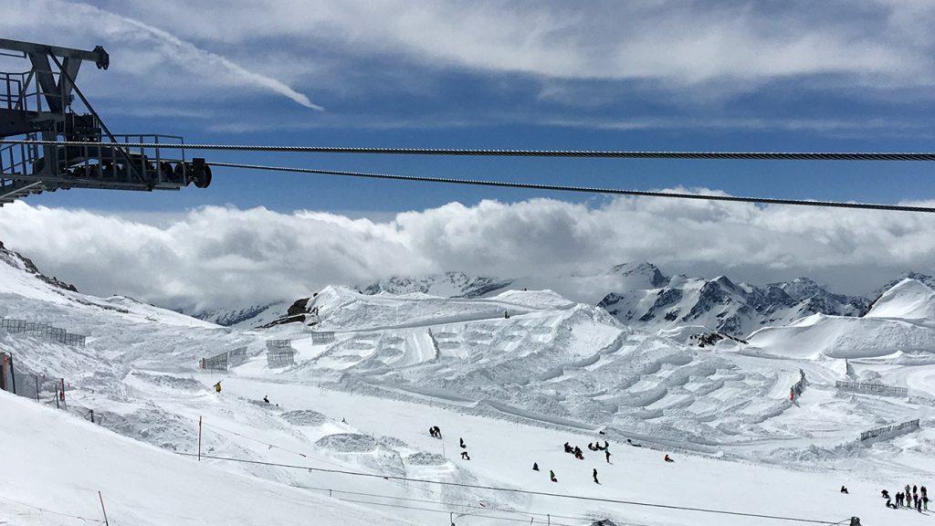 Raue Schneehaufen und Schneefangzäune auf dem Gletscherplateau © Skiing Penguin