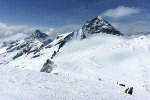 Auf dem Olperer im Skigebiet von Hintertux kann man ganzjährig seine Schwünge ziehen © Skiing Penguin