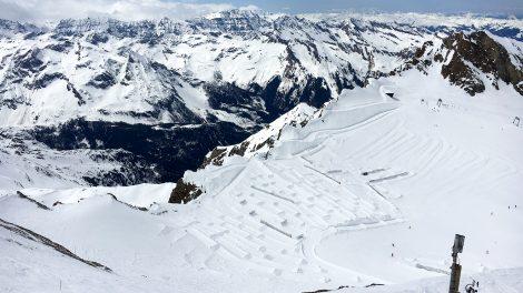 Schneehaufen und Schneefangzäune sollen den Schnee am Kitzsteinhorn vor dem Wegwehen bewahren © Skiing Penguin