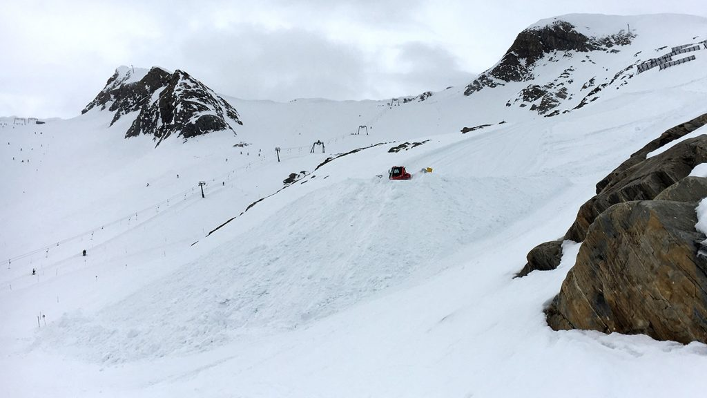 Schneedepots werden an strategisch günstigen Stellen angelegt © Skiing Penguin
