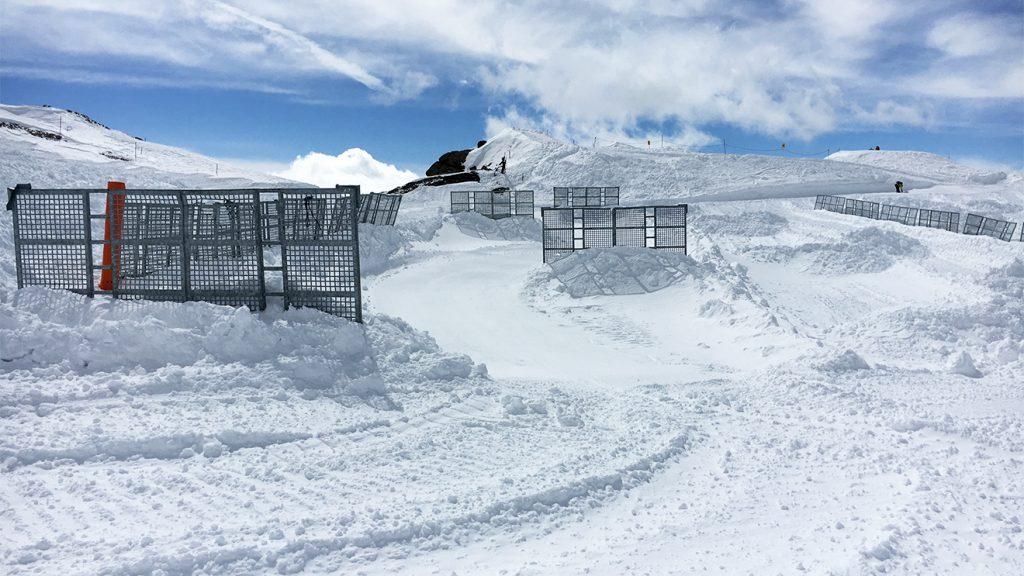 Die Schneefangzäune verhindern, dass der Sturm den Gletscher leerfegt © Skiing Penguin