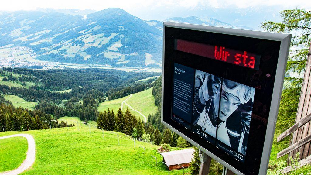 Entlang der Streif (hier die Mausefalle) stehen vier LCD-Screens © Skiing Penguin