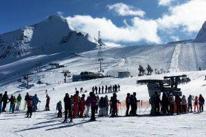 Großes Skigebiet, lange Schlangen - wie hier am Kitzsteinhorn © Skiing Penguin