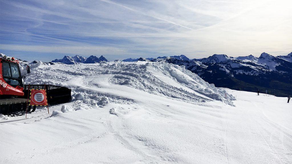 Bereits Anfang April wurde mit dem Anlegen der Schneedepots begonnen © Skiing Penguin