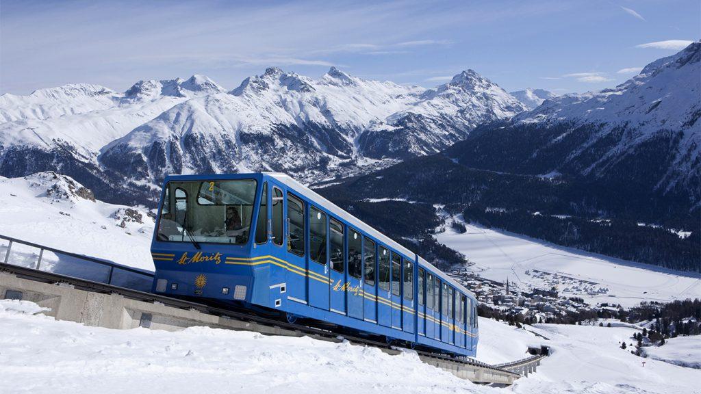 Die Standseilbahn Chantarella Corviglia mit Blick auf St. Moritz © swiss-image.ch/Christof Sonderegger