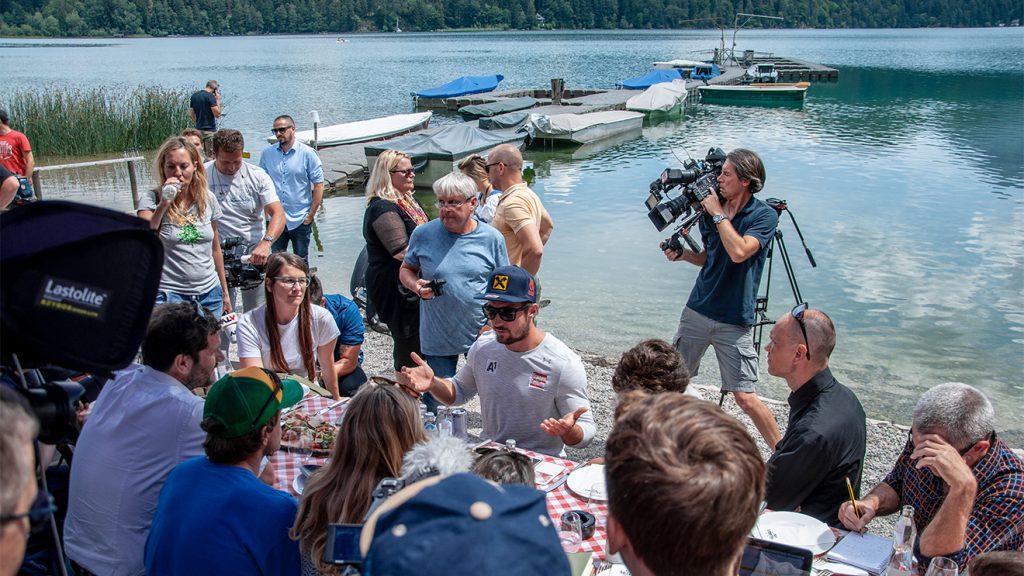 Marcel Hirscher mit den Journalisten aus dem Ausland © Skiing Penguin