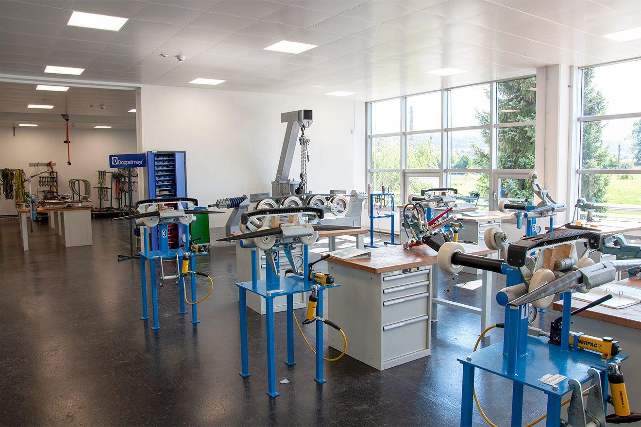 In den Werkstätten werden die Liftebestandteile zerlegt, analysiert, repariert und wieder zusammengebaut © Skiing Penguin