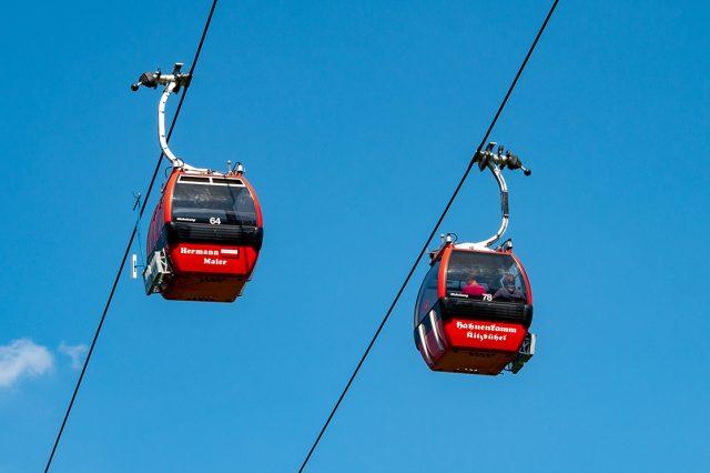 Sie gehören zu Kitzbühel wie die Gams: die roten Gondeln, die den Siegern der Hahnenkamm-Rennen gewidmet sind © Skiing Penguin
