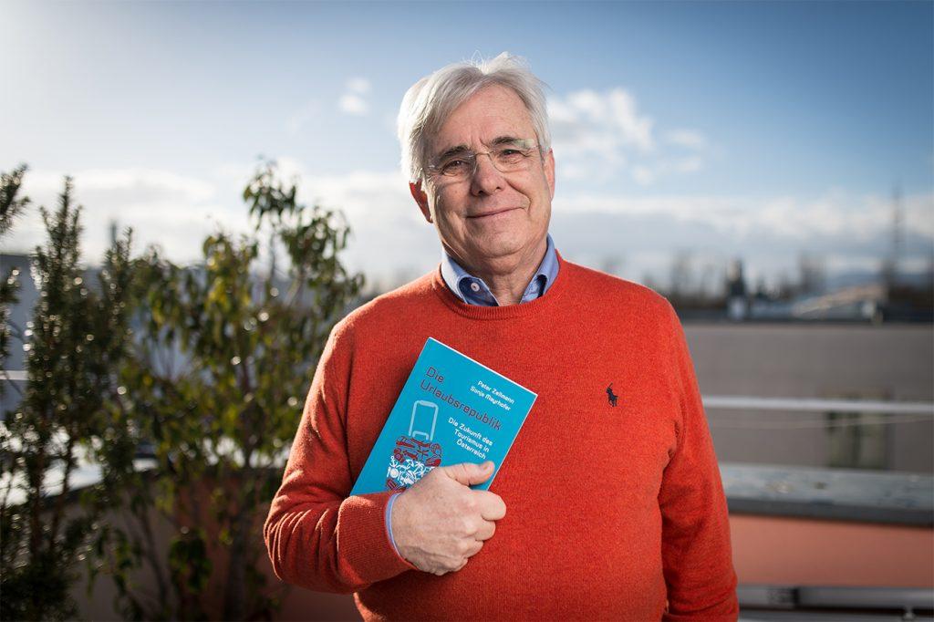 """Peter Zellmann mit seinem Buch """"Die Urlaubsrepublik"""" © ITF"""