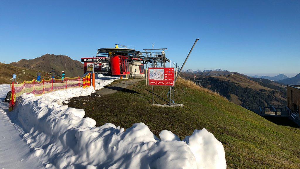 Ein Schneeband führt von der Bergstation der Panoramabahn zu den zwei Abfahrten © Skiing Penguin