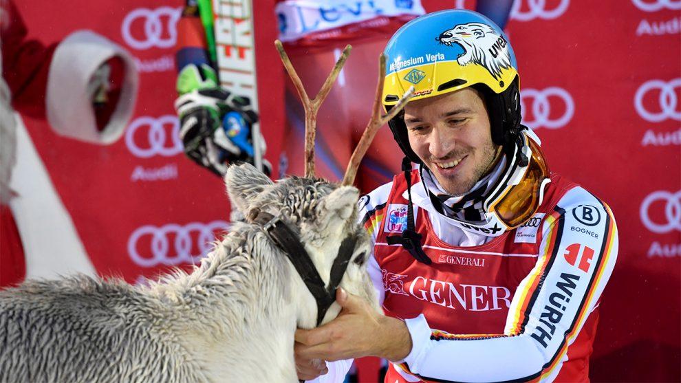 Vorjahressieger Felix Neureuther mit seinem Gewinn © World Cup Levi/Nisse Schmidt