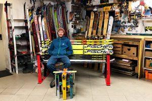 Jakob Lederer in seiner Skimöbel-Werkstatt © Skiing Penguin