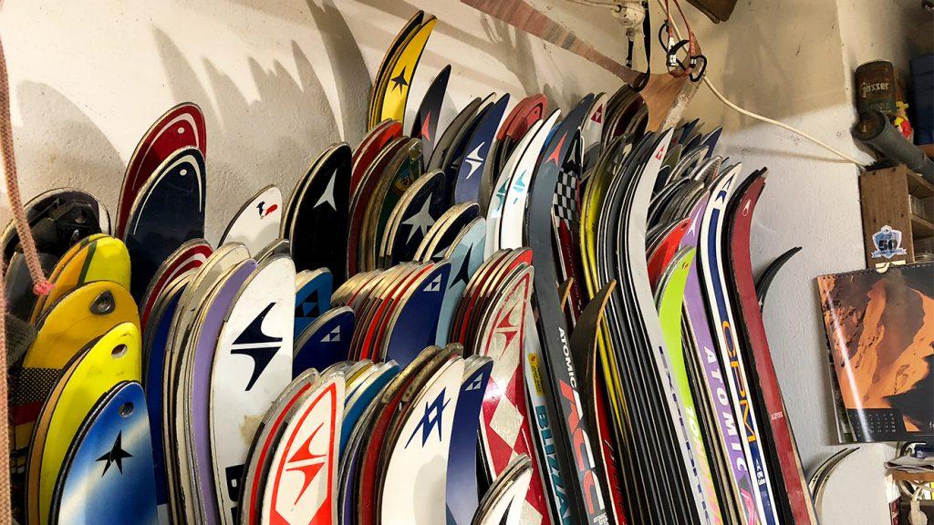 Lederer hat für seine Möbel Ski in allen Längen und Farben © Skiing Penguin