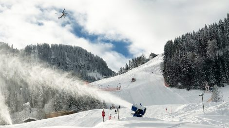 Maschinenschnee ist trotz Naturschneemengen ein Muss im Weltcup © Skiing Penguin