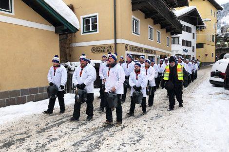 Die Trychlergruppe Meggen aus dem Kanton Luzern ist unüberseh- und vor allem unüberhörbar © Skiing Penguin