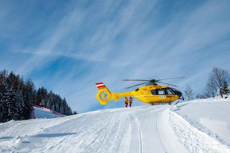 Einer der Rettungshubschrauber parkt auf Höhe des Ziels der Europacup-Abfahrt am Oberhausberg © Skiing Penguin
