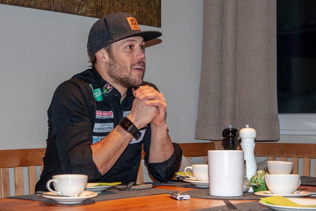 Simon Breitfuss Kammerlander beim Interview in Kitzbühel © Skiing Penguin