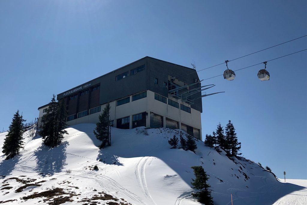 """Immer wieder zum Problem wurde die exponierte Lage der Bergstation der """"alten"""" Fleck © Skiing Penguin"""