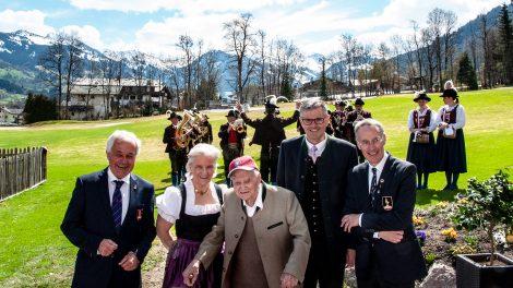 Karl Koller flankiert von Josef Buger (KitzSki), Signe Reisch (Tourismus-Präsidentin), Bürgermeister Klaus Winkler und Michael Huber (KSC-Präsident) © Skiing Penguin