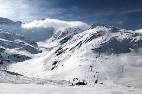 Links neben dem Medelz-Lift bahnt sich das Ödenwinkelkees seinen Weg talwärts © Skiing Penguin