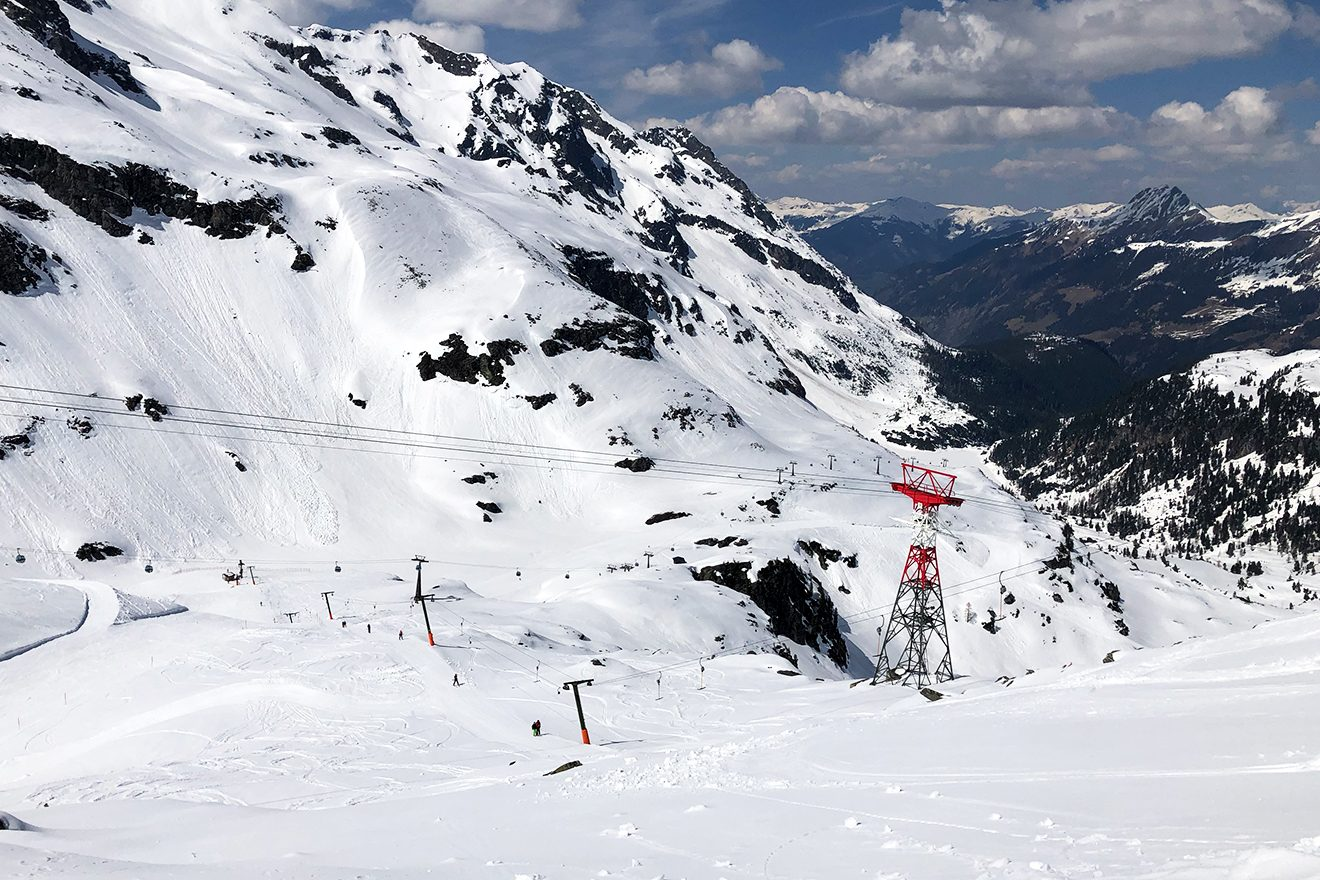 Der Zehner-Lift entlang der einzigen schwarzen Piste © Skiing Penguin