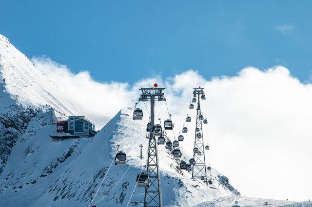 Bis Anfang Juni kann man am Kitzsteinhorn noch seine Schwünge ziehen © Skiing Penguin