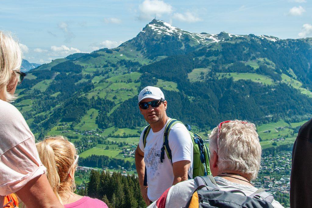 Das Kitzbüheler Horn im Hintergrund und Stephan Eberharter an der Einfahrt Gschöss © Skiing Penguin