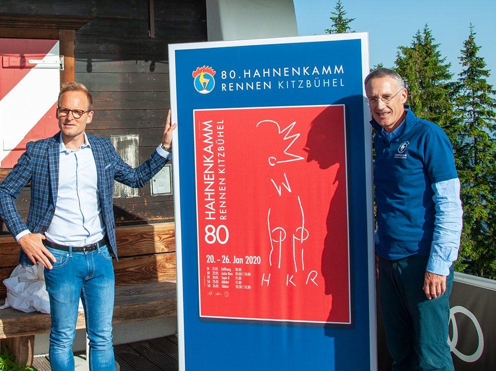 Peter Kofler (links) von der BTV und Michael Huber, KSC-Präsident, bei der Enthüllung des Plakats für das Hahnenkammrennen 2020 © Skiing Penguin