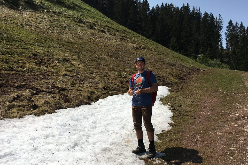 An der Steilhang-Ausfahrt liegt Anfang Juni noch Schnee © Skiing Penguin