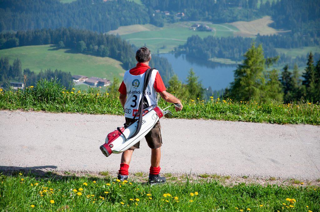 Rudi Sailer macht sich auf den Weg zu seinem Ball © Skiing Penguin