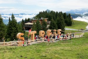 Der Streif-Schriftzug als riesiger Spielplatz © Skiing Penguin