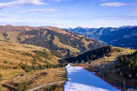 Der Anblick des weißen Bandes inmitten der Herbstidylle ist natürlich irritierend © Skiing Penguin